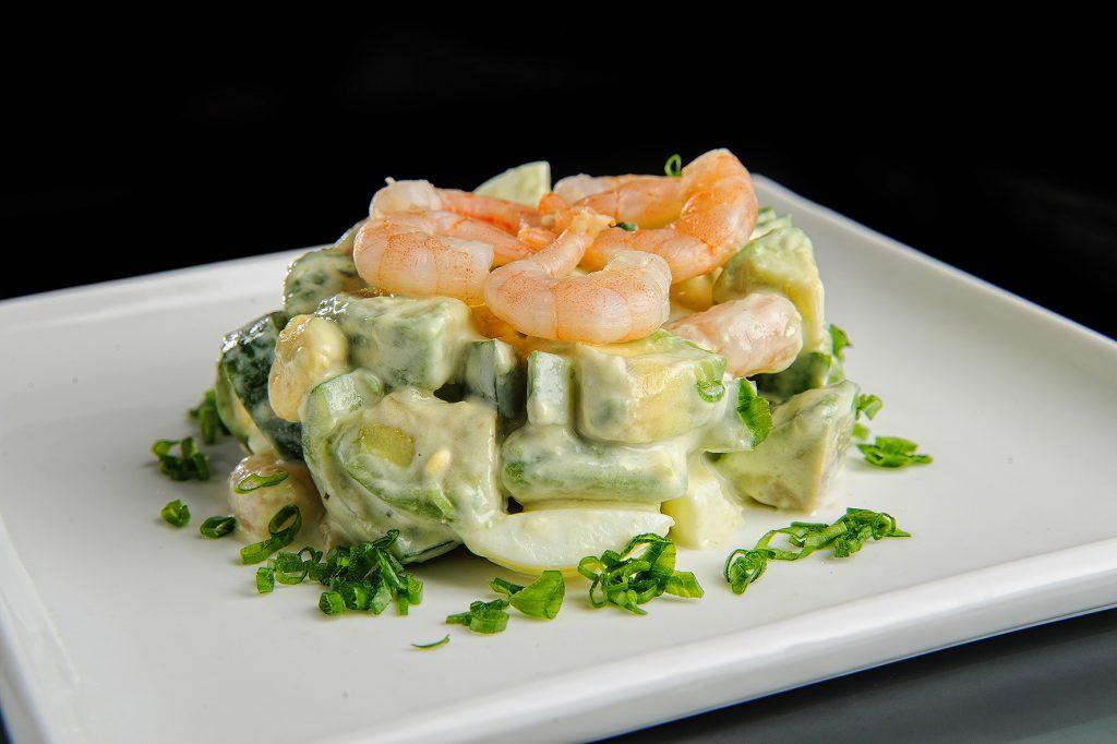 Романтический салат с авокадо и креветками