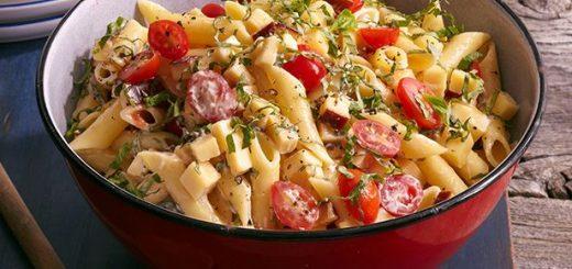 Салат из макарон с помидорами